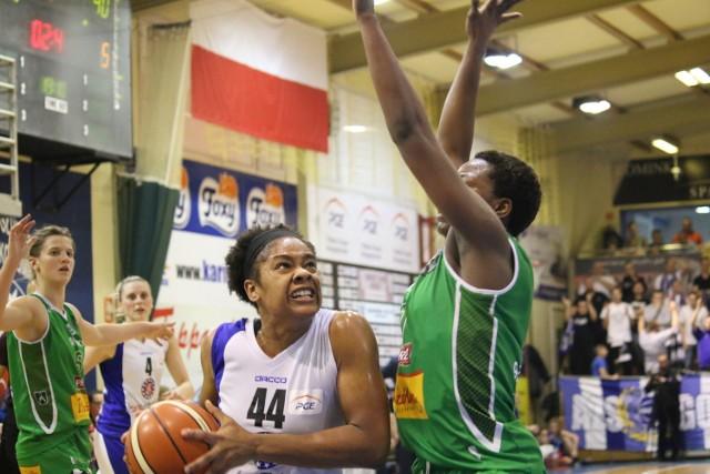 Najlepsza koszykarka listopada Basket Ligi Kobiet Courtney Hurt (nr 44, obok Uju Ugoka z Pszczółki Polskiego Cukru AZS UMCS Lublin) znów była najskuteczniejszą zawodniczką gorzowskiej drużyny. Amerykanka zdobyła 22 punkty i poprowadziła nasze do ósmego triumfu.
