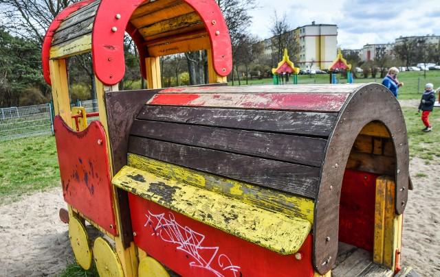 Niektóre place zabaw w Bydgoszczy (na zdjęciach dwa osiedlowe place z Kapuścisk) wymagają pilnej interwencji i doinwestowania.