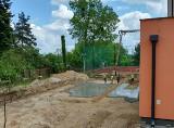 Ruszyła budowa krytego basenu w Ciepielowie. Prace będą kosztować 2,6 miliona złotych. Zobacz wizualizacje