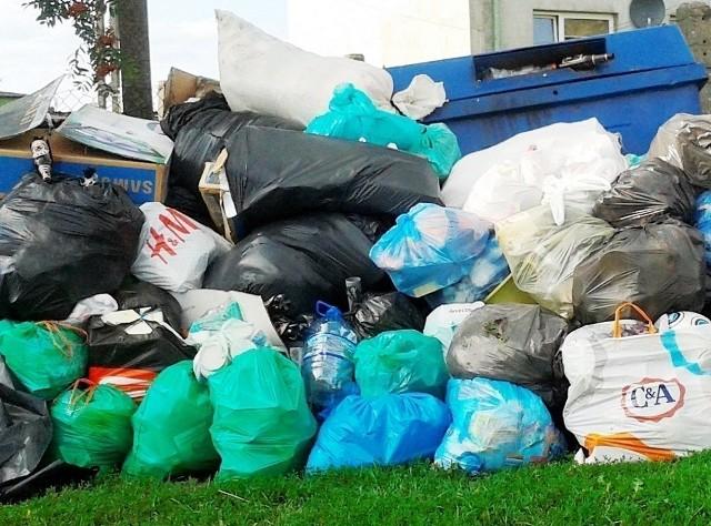 Gminy odpowiadają za wywóz śmieci od 1 lipca, dlatego nie zamierzają wywozić tego, co zostało zebrane wcześniej.