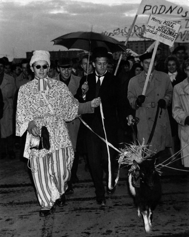 Kozienalia 1959. Pierwszy korowód. Na czele symbol lubelskiego święta - koza