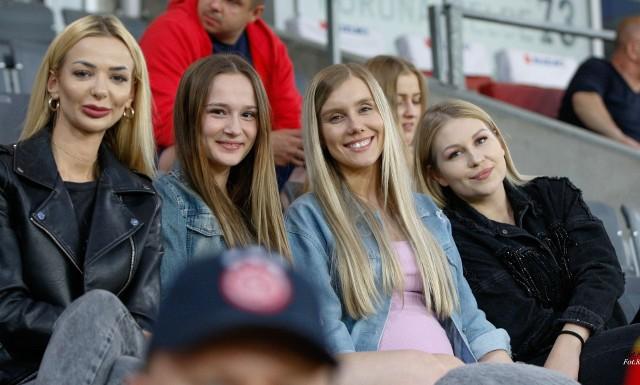 W ostatnim w tym sezonie meczu na Suzuki Arenie piłkarze Korony Kielce zremisowali z Widzewem Łódź 1:1. Mamy dla Was jeszcze jedną galerię zdjęć kibiców z tego spotkania, tym razem z Suzuki Areny. Byliście na tym spotkaniu? Szukajcie się na zdjęciach. Szczegóły na kolejnych slajdach.