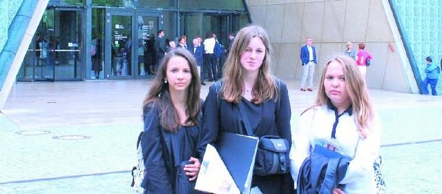 Cieszkowy w Warszawie. Gimnazjalistki (od lewej): Klaudia Włodarska, Natalia Pitura, Natalia Pluta przed wejściem do muzeum Polin.