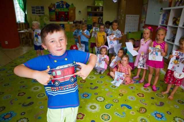 Michał i jego koledzy z przedszkola Nasze Szkraby znają już numer telefonu do straży pożarnej i wiedzą na czym polega praca strażaków.