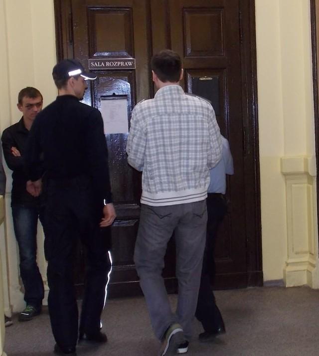 Wychowawcę, zakutego w kajdanki, na salę rozpraw doprowadzili policjanci