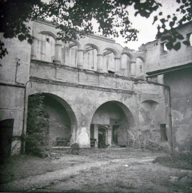 W czasie wojny Zamek Piastowski został pozbawiony zadaszenia. Te zostało odbudowane na przełomie lat 1958/1959. Jak się okazało, niezbyt dobrze.