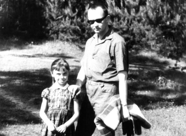 Prof. Ryszard Brykowski - historyk sztuki, renowator kołomyjskich zabytków, autor książek o Kołomyi, ze swoją córką Ewą - graficzką, ilustratorką i projektantką książek. Rok 1965