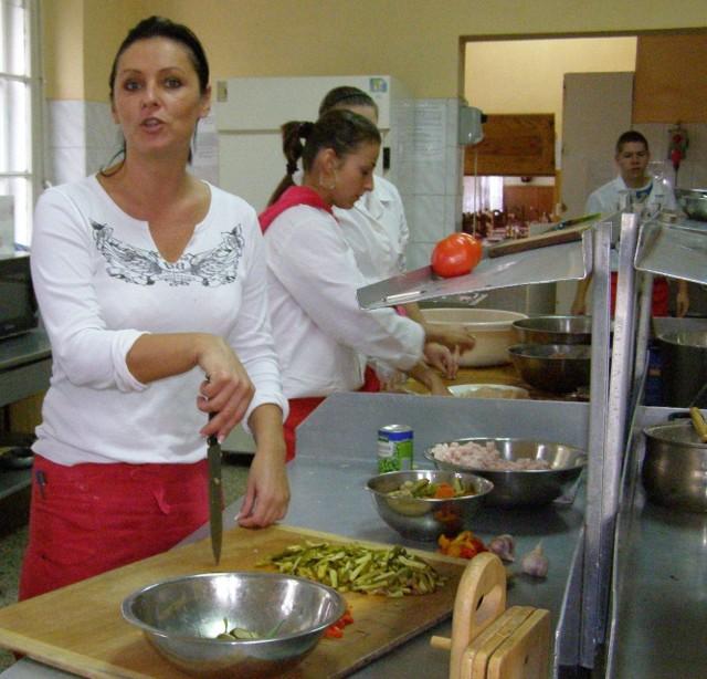 - Kuchnia, w której prowadzimy warsztaty szkolne, jest najcieplejszym pomieszczeniem w tym budynku - mówi Justyna Przybysz