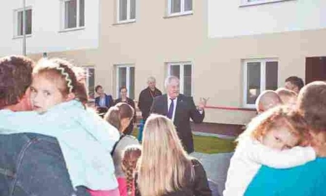 mieszkania socjalne w SłupskuPrezydent Maciej Kobyliński przemawiał do rodzin, które wprowadziły się do nowego bloku socjalnego.