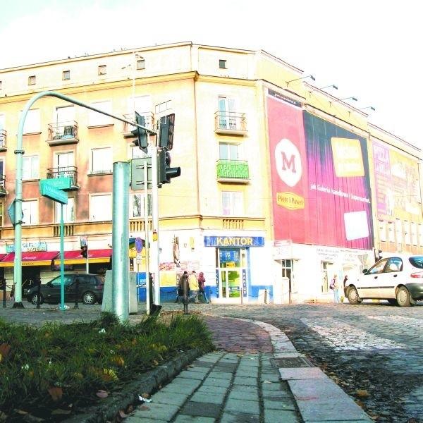 Kamienicy przy ul. Malmeda 1. Od dawna straszy swoim wyglądem. Ale wreszcie ruszył jej kapitalny remont.