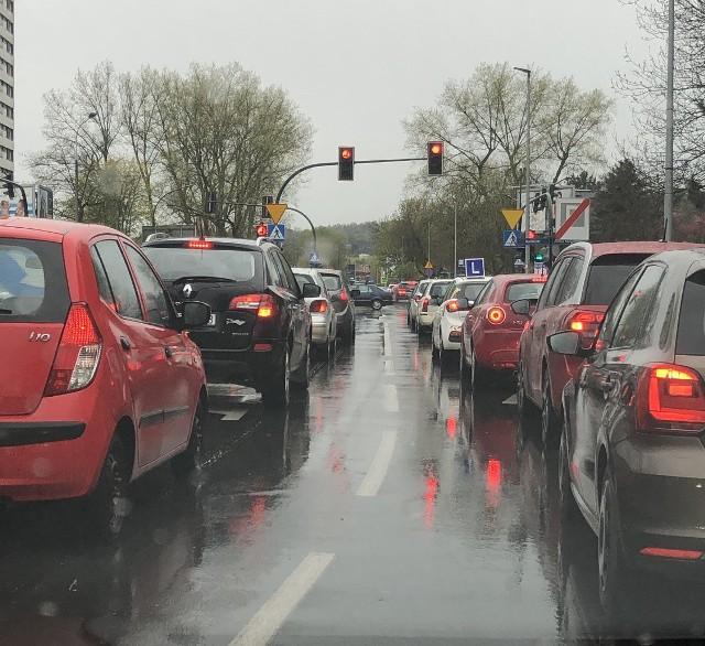 Kierowcy w całym Krakowie utknęli w środę popołudniu w korkach z powodu wypadku na obwodnicy.