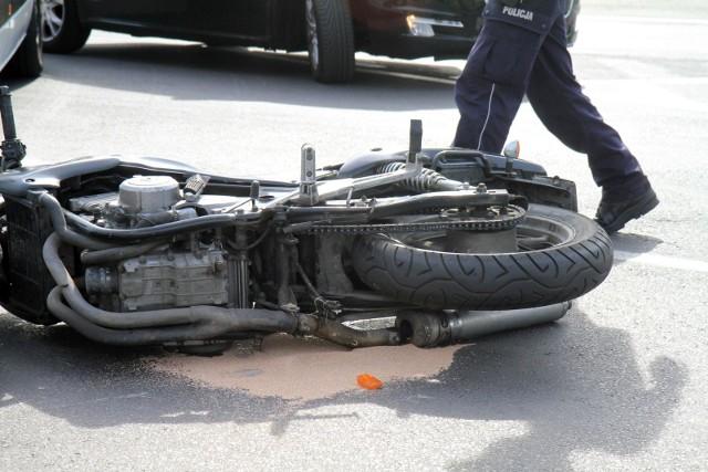 Wypadek w Łabiszynie. Poszkodowany motocyklista zabrany przez pogotowie lotnicze do szpitala