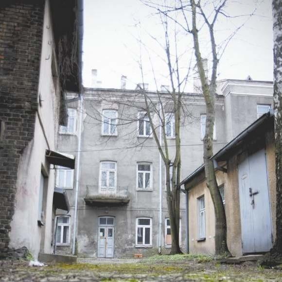 Branickiego 3/5 to kamienica z początku XX wieku, która obecnie stoi pusta. Ostatnio były tutaj przychodnie lekarskie.
