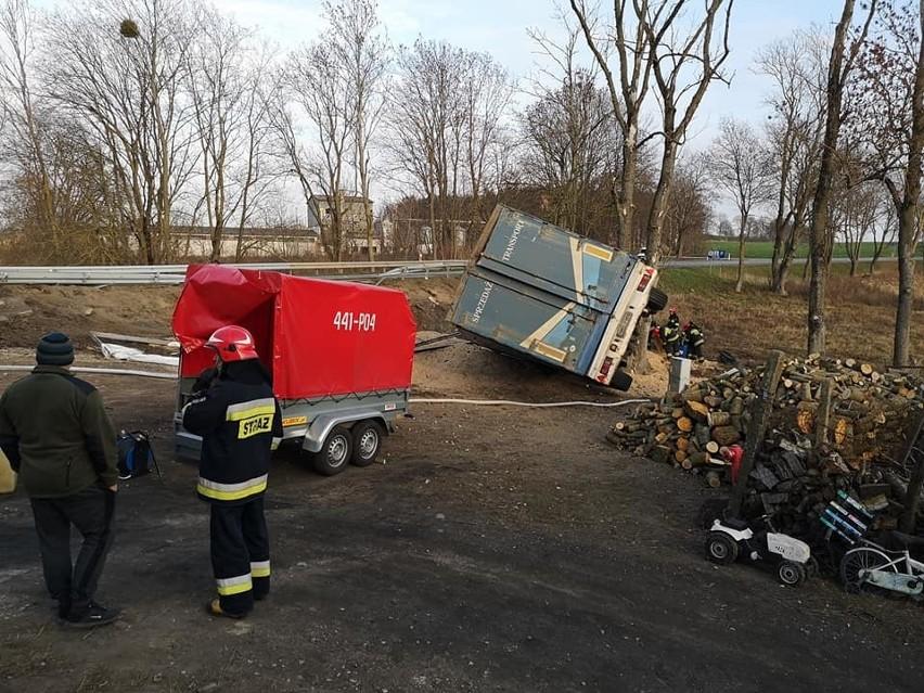 Ruda. Ciężarówka przewróciła się na bok. Kierowca wyszedł bez szwanku [ZDJĘCIA]