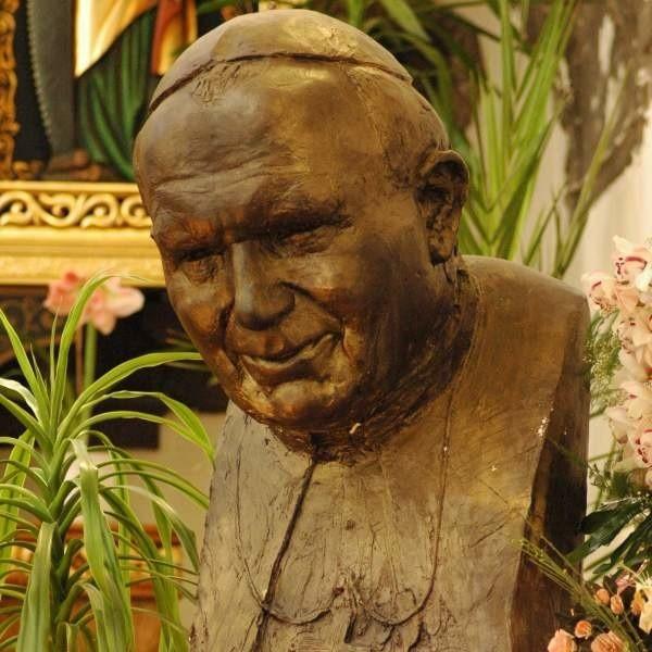 Tak wygląda fragment pomnika Jana Pawła II.