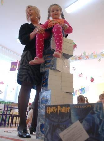 """W ubiegłym roku taaaki stos książek (był to """"Harry Potter i Zakon Feniksa"""") trafił z placówki Pod Muchomorkiem m.in. do bibliotek, domów kultury i przedszkoli"""