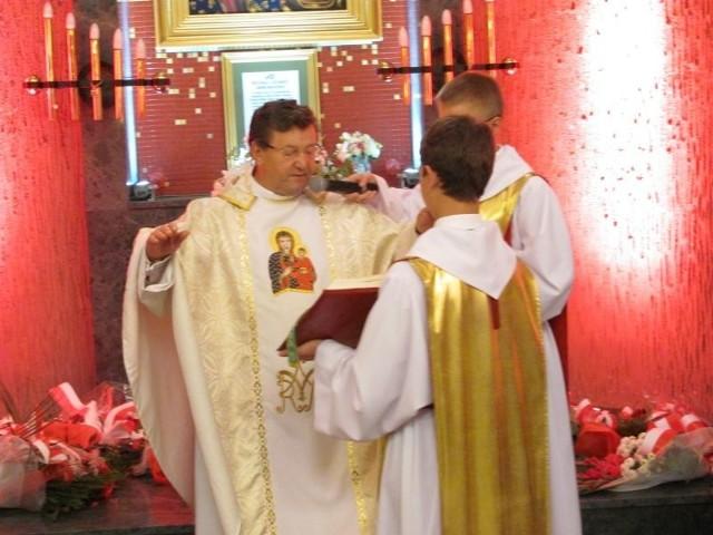 """Jan Świerad pobłogosławił wiernych, a później wszyscy odśpiewali pieśń """"Boże, coś Polskę"""""""