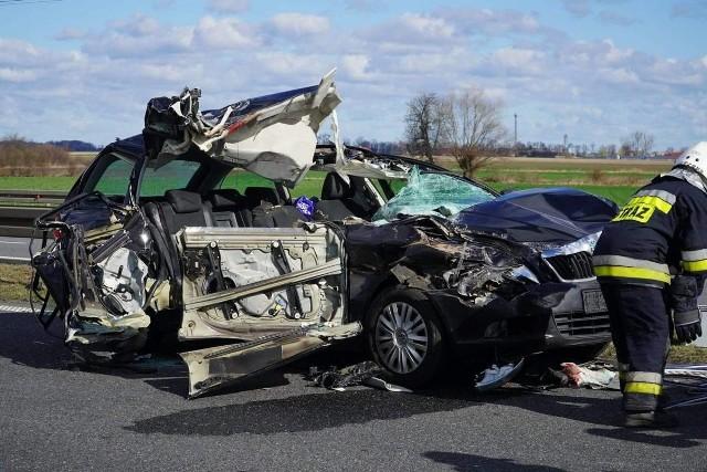 Kierowca skody uderzył w tył tira