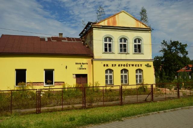 """Tak """"stara szkoła"""" w Krzyszkowicach wyglądała w 2020 roku"""
