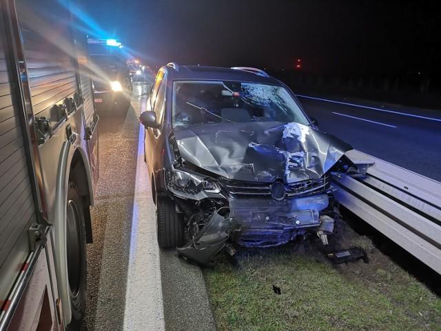 W niedzielę, 8 listopada kilka minut przed godz. 22 na autostradzie A2 na terenie gminy Kuślin (pomiędzy Poznaniem a Nowym Tomyślem) doszło do wypadku, w którym zostały ranne dwie osoby. Zobacz więcej zdjęć ---->