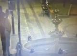 Pijani mężczyźni rozebrali się i....zniszczyli fontannę