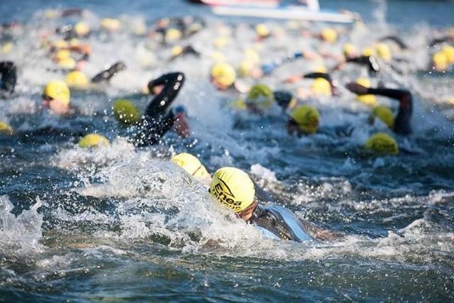 """Triathlon to dyscyplina dla """"ludzi z żelaza"""", bo trasę pokonuje się płynąc, biegnąc i jadąc na rowerze."""