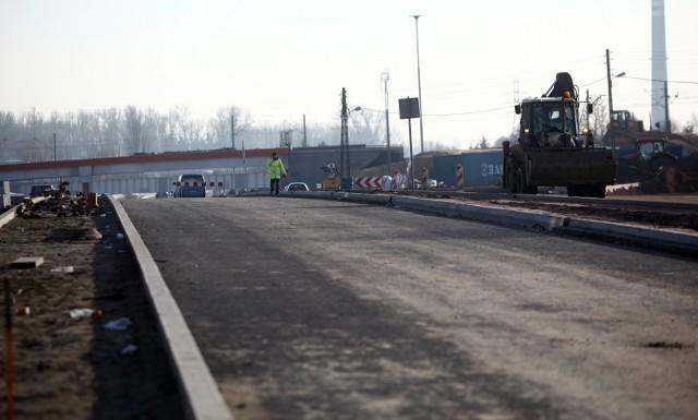 """Obecnie do węzłów autostrady A1 z Łodzi można wyjechać ulicami Brzezińską i Rokicińską. To ma się zmienić w perspektywie dwóch, maksymalnie trzech lat, bo porozumienie między marszałkiem województwa a prezydent Łodzi zakłada współfinansowanie dojazdu do A1 od południowej strony miasta, czyli do węzła """"Łódź Górna"""" (wcześniej """"Romanów""""). Czytaj dalej na kolejnym slajdzie: kliknij strzałkę """"w prawo"""", lub skorzystaj z niej na klawiaturze komputera."""