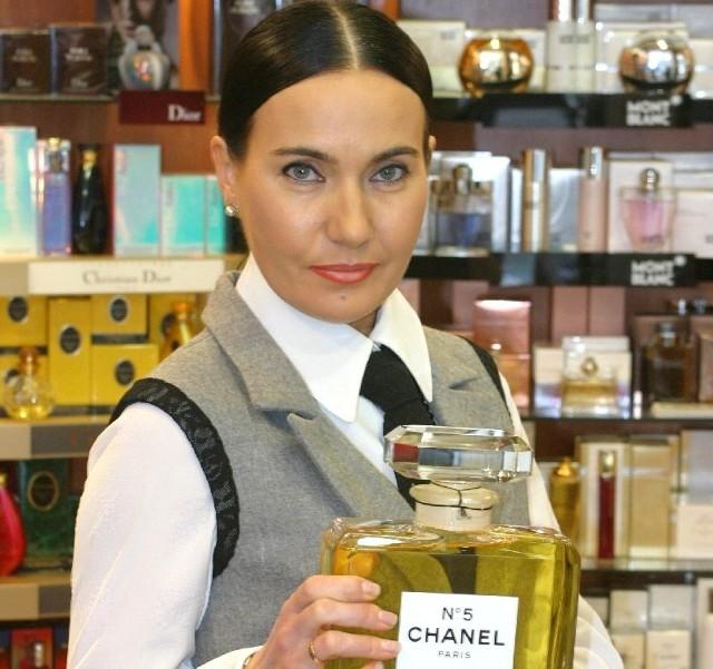 """Znana kielecka Parfumeria For You w nowej siedzibieBarbara Słapek, właścicielka jednej z najstarszych kieleckich perfumerii - """"For You"""" zaprasza do nowej siedziby już od 8 października. Znajdziemy tu kultowe zapachy jak Chanel numer 5 i sprawdzone kosmetyki, ale będą też nowości, niespodzianki, rabaty."""