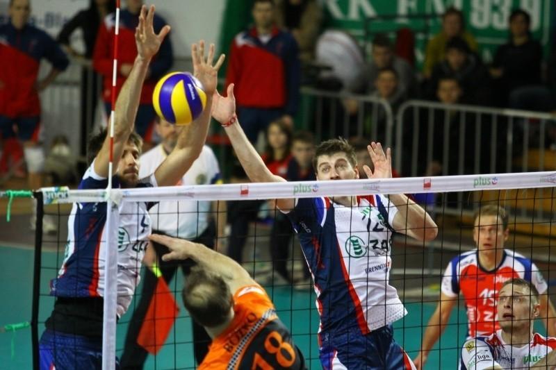 Antonin Rouzier (z lewej) i Wojciech Kaźmierczak muszą czujnie zagrać w bloku, by zatrzymać ataki graczy Politechniki.