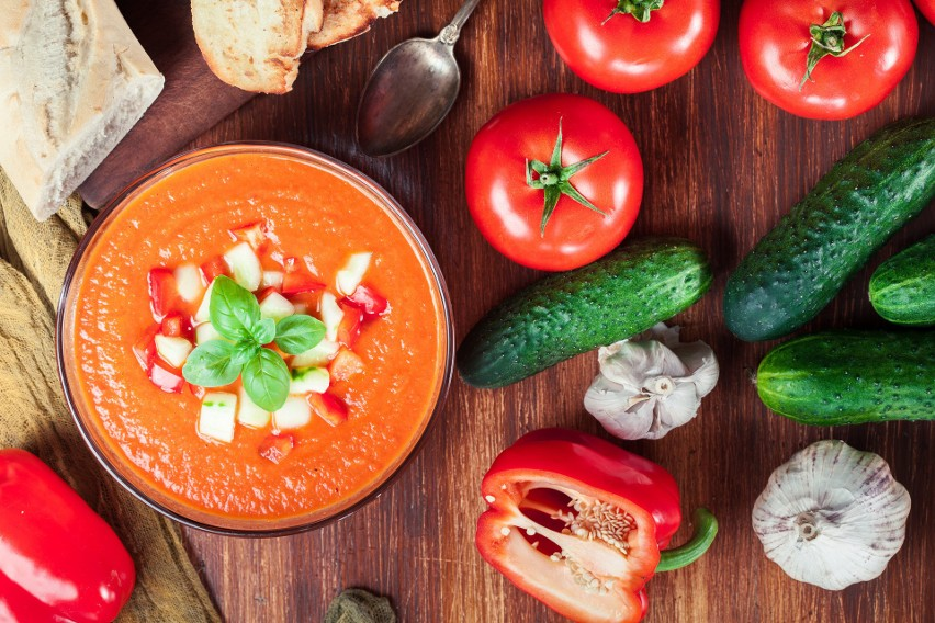 Podstawą naszego letniego menu powinny być świeże, sezonowe warzywa, owoce oraz powstałe z nich soki. Są niezwykle cenne w upalne dni, ponieważ mogą nawodnić nasz organizm, dostarczając mu jednocześnie składników mineralnych, które w upalne dni tracimy wyjątkowo szybko.