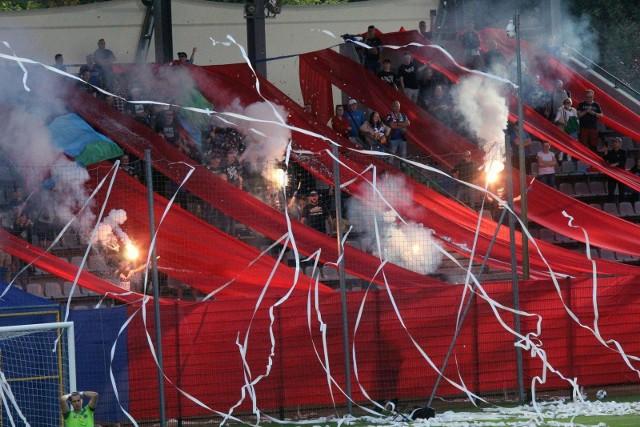 Legnica, Wrocław, Głogów - jak Dolny Śląsk długi i szeroki kibice wracają na stadiony. Na razie w 25 procentach co oznacza, że w wielu miejscach szybko kończą się bilety. Sobota jest pierwszym dniem, kiedy to po długiej przerwie kibice znów będą mogli oglądać mecze na otwartych stadionach. Obiekty zamknięto w połowie października w związku z pogarszającą się sytuacją epidemiologiczną w Polsce. Teraz kibice będą mogli zająć 25 proc. krzesełek.WAŻNE! Do kolejnego meczu przejdziesz za pomocą gestów na telefonie lub strzałek.