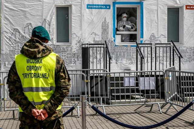 Koronawirus nie odpuszcza. W środę, 12 sierpnia, Ministerstwo Zdrowia poinformowało o 715 nowych przypadkach koronawirusa w Polsce. W związku z tym, ścisłe obostrzenia wprowadzone mają zostać w kolejnych rejonach kraju.CZYTAJ DALEJ NA NASTĘPNYM SLAJDZIE