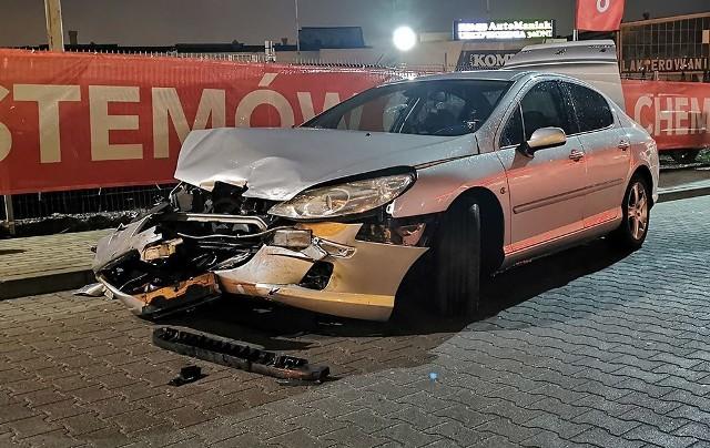 Do zdarzenia doszło w poniedziałek, 3 lutego, z samego rana na ul. Sulechowskiej. Zderzyły się peugeot i hyundai.Kierujący peugeotem wyjeżdżał ze stacji benzynowej Orlen. Niestety zrobił to tak niefortunnie, że uderzył w bok hyundaia kierowanego przez kobietę. Na szczęście nikomu nic się nie stało.Zobacz wideo: Jak udzielać pierwszej pomocy ofiarom wypadkówCzytaj także: Korytarz życia na drodze. Jak go utworzyć? Wystarczy przestrzegać kilku zasad!Zobacz wideo: Jak się zachować, kiedy jesteśmy świadkami wypadku?Wideo:Dzień Dobry TVN[promo]1363;1;Polub nas na fb[/promo]