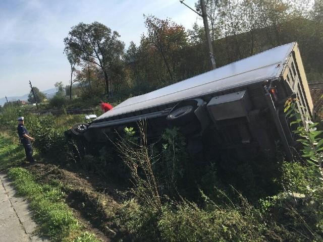 Wypadek w Wieprzu: Ciężarówka wpadła do rowu