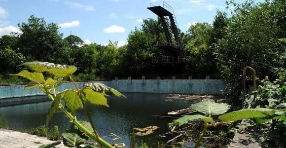Jak twierdzą dawni bywalcy basenu Pogoni, latem przychodziły tu najpiękniejsze szczecinianki. Dzisiaj to zwykle ruiny i chaszcze.