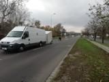 Uważajcie na Psim Polu! Bus zgubił przyczepę i blokuje ulicę