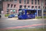 Mkną po szynach niebieskie tramwaje. Na czerwonym świetle [FILM]