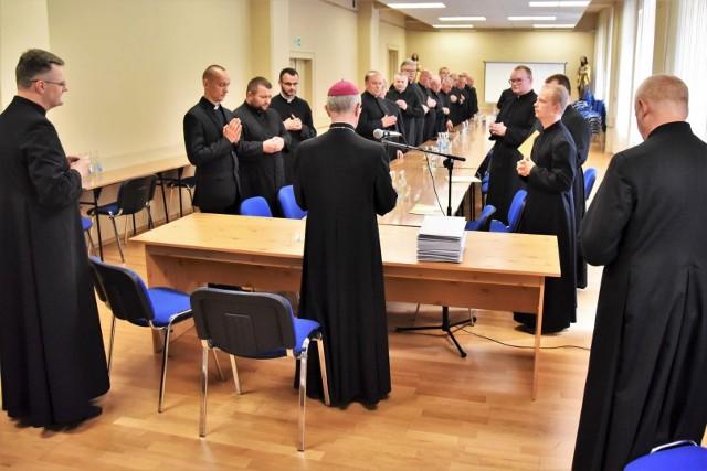 Księża neoprezbiterzy z aplikatami do pierwszych parafii.