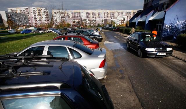 Problemy z parkowaniem na wrocławskich osiedlach. Wprowadzą płatne parkowanie pod własnym blokiem? Niewykluczone, jeśli zostanie uchwalona czwarta strefa parkowania w mieście