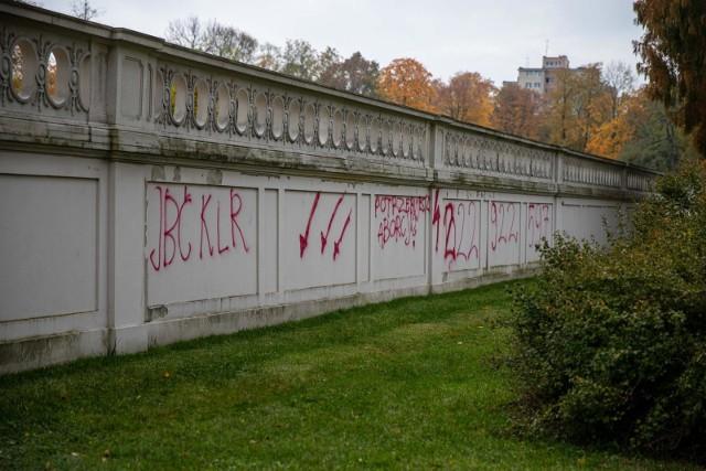 27-10-2020 Napisy z czerwonej farby na murze pod Salonem Ogrodowym Pałacu Branickich