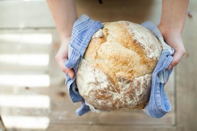 Gotowy chleb wystawiamy na blat i pozwalamy mu wystygnąć bez przykrycia. Najpyszniejszy jest ciepły z masłem! Smacznego!