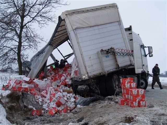 Na miejscu przeładowano towar z tira, ale rozbite auta wciąż leża w rowie
