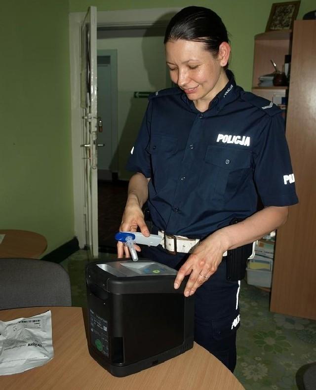 Sierż. Agnieszka Żyża z wydziały ruchu drogowego zapewnia, żer tester jest bardzo prosty w obsłudze.