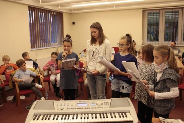 W czasie pierwszych warsztatów młodzi wokaliści poznali trzy pierwsze kolędy, które zaśpiewają na płycie i podczas koncertu w Radiu Opole.