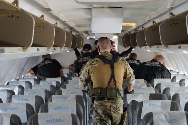 Funkcjonariusze straży granicznej i służby więziennej ćwiczyli na lotnisku Ławica