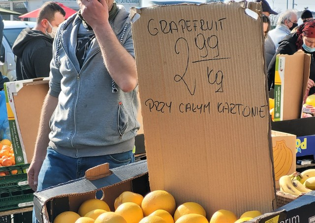 W niedzielę [11.04.2021] wielu białostoczan odwiedziło giełdę warzywno-owocową przy ulicy Andersa