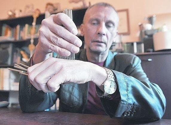 Janusz Kołodziejczyk przekonuje, że przy pomocy klawików można leczyć wiele chorób.