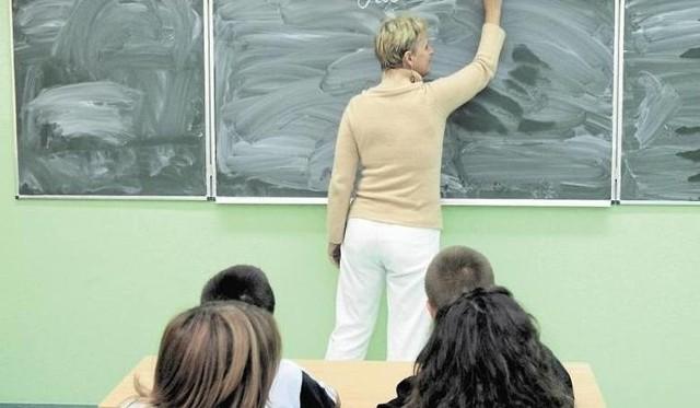 1 stycznia 2020 r. część nauczycieli otrzymało podwyżki pensji. Ich wynagrodzenie zostało zwiększone na skutek podniesienia pensji minimalnej. Zobacz pensje nauczycieli od 1 stycznia 2020 r. ------>