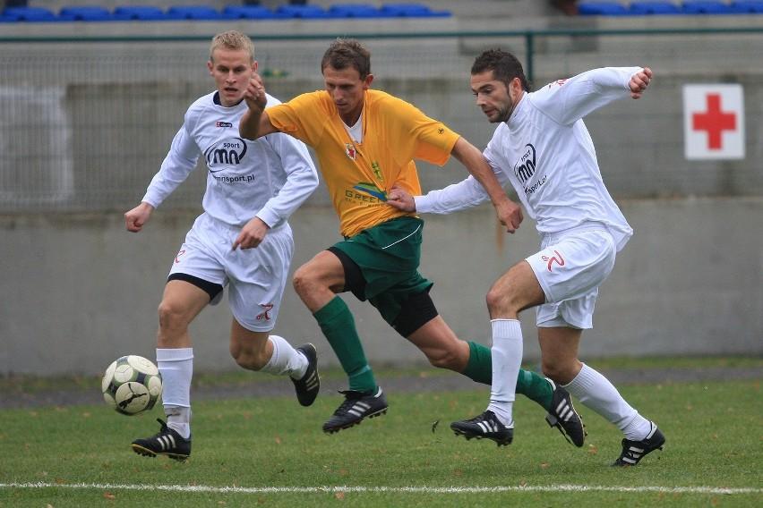 Piłkarze Regi (białe stroje) wygrali dziś z Chojniczanką Chojnice.