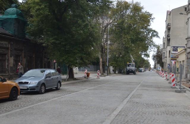 Tiry niszczą chodnik na ul. Tuwima